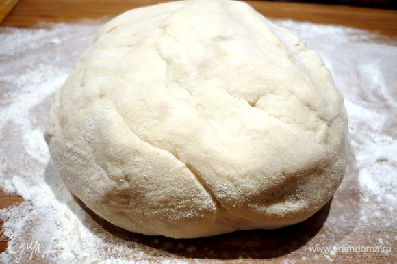 Замешиваем мягкое эластичное тесто, оно чуть-чуть будет липнуть к рукам.