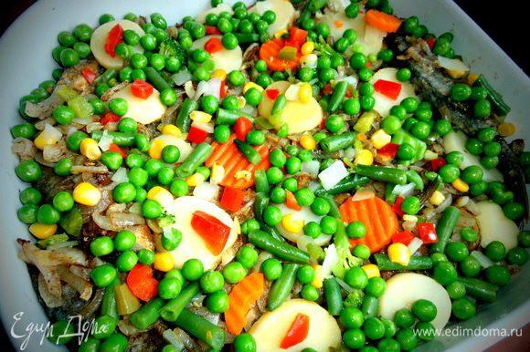 Рассыпаем овощи сверху на рыбу.Водичку,которой зашпаривали овощи,тоже выливаем в форму.