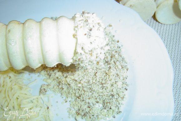 Край половины трубочек обмакиваем в измельченных орехах.