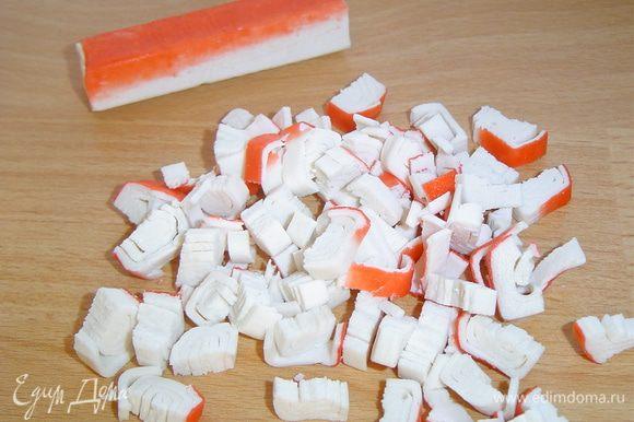 Крабовые палочки нарезаем кубиками.