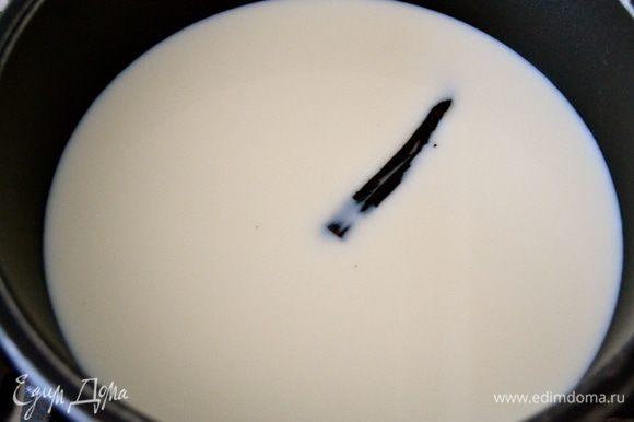 Налить молоко в кастрюльку, положить в молоко стрючок ванили (или ложку ванильного сахара) и поставить на огонь.