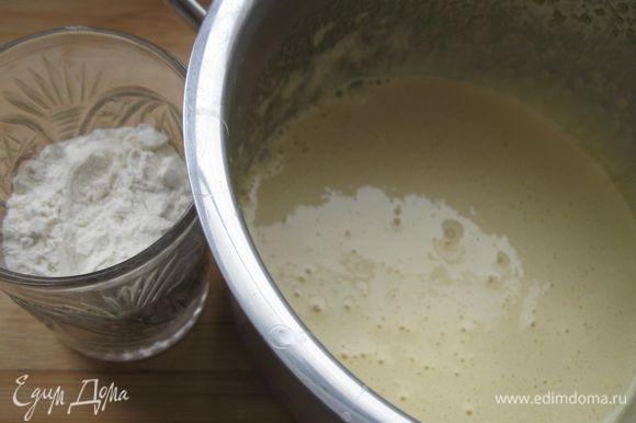 В желтки всыпать сахарный песок и хорошо растереть до образования пены. В желтки насыпать муку и хорошо перемешать.