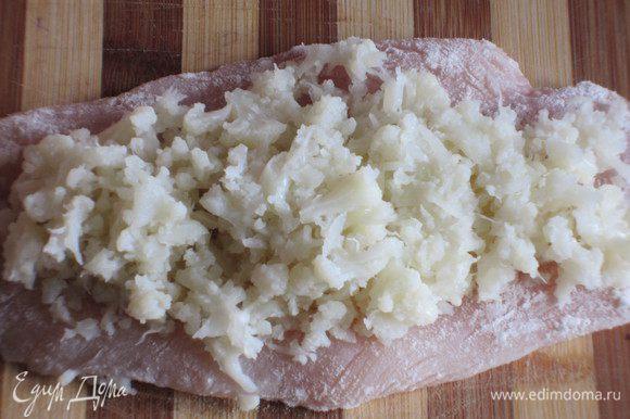 Куриное филе обвалять в муке, сверху выложить пюре из цветной капусты.....