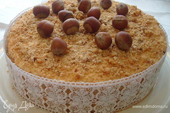 Начать сборку торта: корж - крем, корж - крем, корж - крем. Бока торта также смазать кремом, обсыпать пралине. Поставить в холодильник охлаждаться часа на 3-4. А затем наслаждаться!