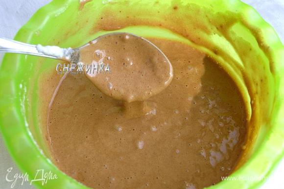 Отдельно взбиваем в устойчивую пену белки и вводим в тесто.