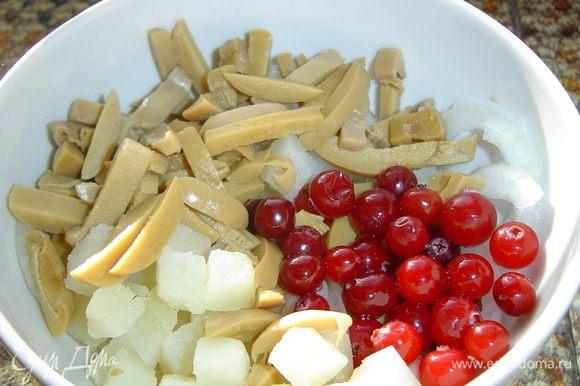 Соединяем картофель,грибы,клюкву, лук, перемешиваем, солим и перчим по вкусу.