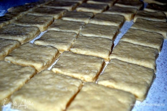 Тесто раскатать на подпыленной мукой поверхности,до толщины 2-3 см. Разрезать тесто на ровные квадраты.Духовку разогреть до 220 гр.