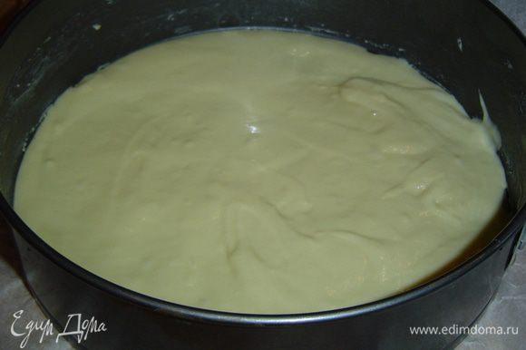 Форму смазываем сливочным маслом и выкладываем половину теста.