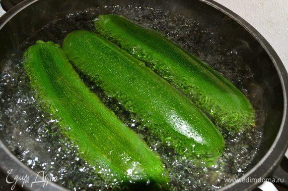 Кабачки отварить в слегка подсоленной воде около 10 минут.