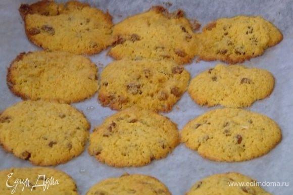 Выпекать печенье в разогретой духовке 8–10 минут.