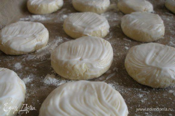 При помощи мягкой кисточки смазываем сырники йогуртом или сметаной,это придаст глянцевость и не даст высохнуть им.
