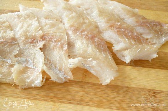 Филе рыбы нарезать под острым углом полосками шириной около 4-х см