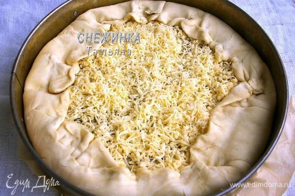 Края теста, которые свисали, заворачиваем поверх пирога, красиво формируя, по типу галеты.