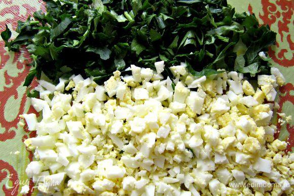 Мелко порезать отваренное яйцо и зелень.