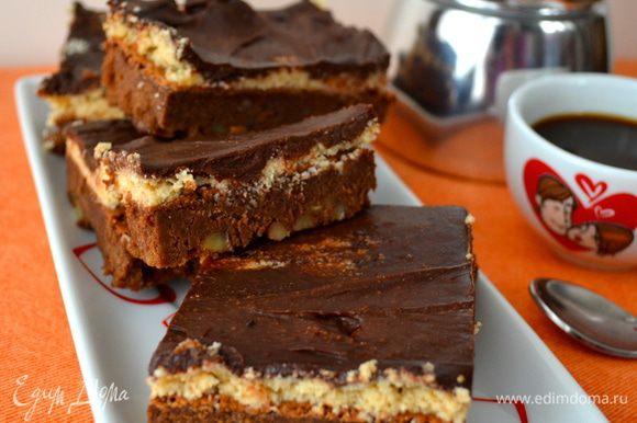Как только десерт готов, и покрытая глазурью поверхность застыла, достать брауни и нарезать еще холодным на характерные квадратики.