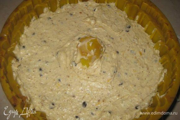 Выкладываем тесто в круглую высокую форму для кекса и выпекаем 1 час при темп.180 гр. остужаем и посыпаем сахарной пудрой.