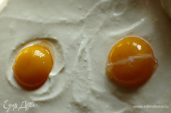 Отделить желтки от белков, желтки очень аккуратно выложить в углубления.