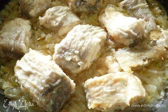 В сковородку, где жарилась рыба, выкладываем нашинкованный лук и обжариваем его до прозрачности, лук должен быть слегка твердоватым. Затем наливаем кипятка, чтобы вода полностью закрыла луковый слой, солим и перчим по вкусу. Выкладываем кусочки обжаренной рыбы, ложкой слегка поливаем их жидкостью с луком, добавляем несколько кусочков лаврового листа и тушим рыбу на небольшом огне 10 минут под крышкой, а затем 15-20 минут с приоткрытой крышкой. Соус должен загустеть,жидкость испариться примерно на 2/3. Все, рыба готова! Перед подачей посыпать зеленью, можно добавить также растертый с солью чеснок и смешанный с небольшим количеством растительного масла и кипяченой воды. Приятного вам аппетита!