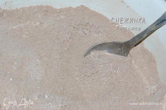 ДЛЯ ШОКОЛАДНОГО БИСКВИТА отдельно соединяем сухие и мокрые ингредиенты. Просеиваем в миску муку и какао, добавляем сахар, соду и разрыхлитель, перемешиваем.