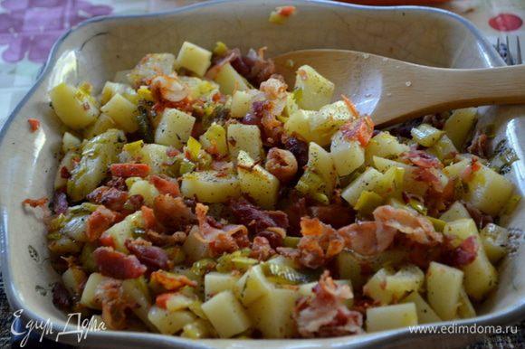 Как жидкость слегка уварится добавить картофель, бекон. Посолить и поперчить и подать к столу теплым. Приятного аппетита.