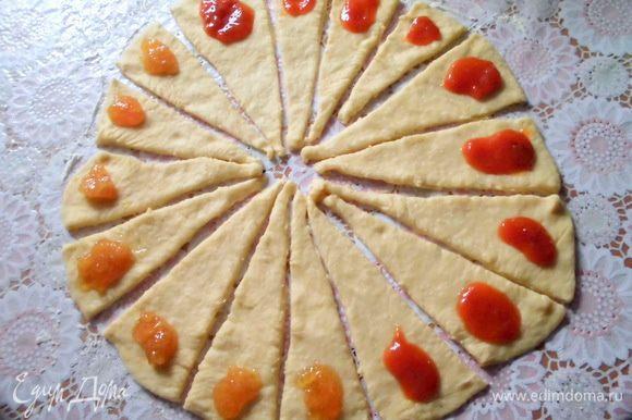 Выложить начинку. На фото абрикосовый джем и лимонный мармелад. Еще я использовала апельсиновый мармелад и яблочное повидло.