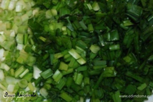 Мелко измельчаю зелень и зеленый лук.