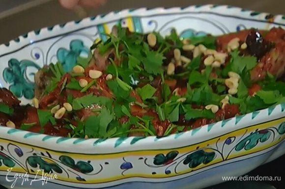 Готовую курицу полить соусом, в котором она тушилась, и посыпать петрушкой и кедровыми орехами.