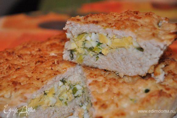 Репчатый лук измельчить (я тру на терке). Смешать фарш, репчатый лук, яйцо, творог, отруби, соль, перец. Хорошо все перемешать до однородности. Для начинки зеленый лук мелко порезать и немного подавить, чтобы дал сок, смешать измельченные яйца и зеленый лук. Можно добавить немного растительного или сливочного масла, соль. 3/4 фарша распределить в форме, сделать бортики, выложить начинку, накрыть оставшимся фаршем. Запекать в духовке до готовности.