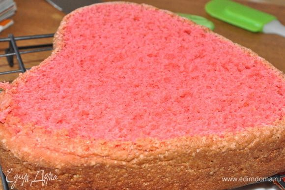 Готовый бисквит остудить на решетке и разрезать на 4 коржа. Такой вот он розовый внутри.