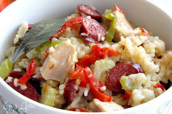 Добавить острый соус, перемешать и разложить по тарелкам. Приятного аппетита!
