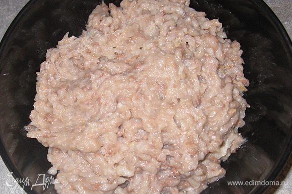 Первый слой: селедку дважды пропускаем через мясорубку. Выкладываем на блюдо.