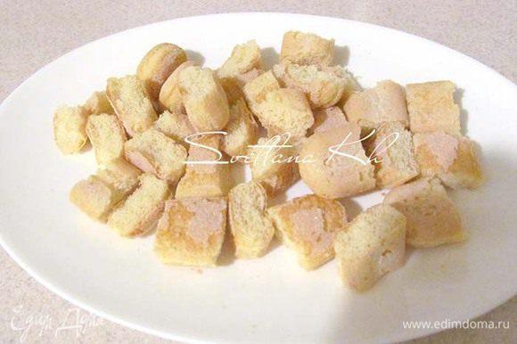 Печенье савоярди разрезать на кусочки. Подготовить пропитку: кофе растворить в кипятке, добавить пару ложек кофейного ликера. Остудить.