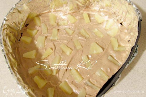 Разложить кусочки ананаса.