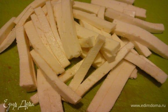 Порезать сыр тонкими брусочками