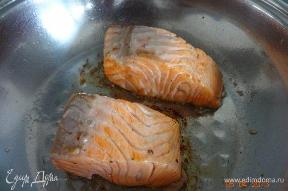 Теперь осталось обжарить кусочки форели на разогретой с оливковым маслом сковороде до красивой золотистой корочки.