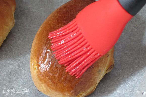 Горячие булочки смазать сиропом.