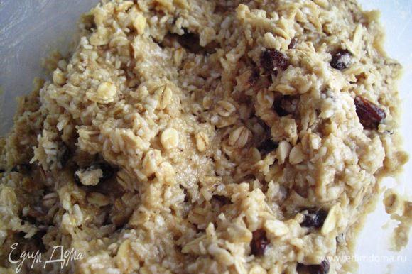 В другой миске взбить яйца с сахаром и влить в мучную - кокосовую с овсяными хлопьями смесь. И также добавить растопленное сливочное масло. Все хорошо перемешать.
