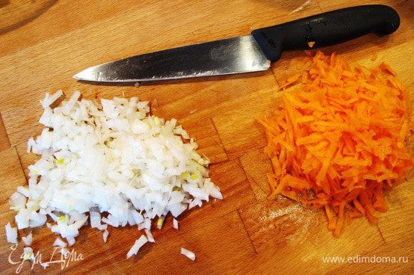Пока варится картофель, лук почистить, порезать произвольно. Морковь почистить и натереть на терке.
