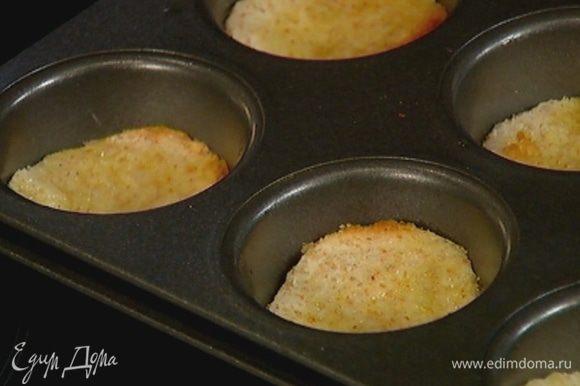 Выложить кружки хлеба на дно формочек для маффинов.