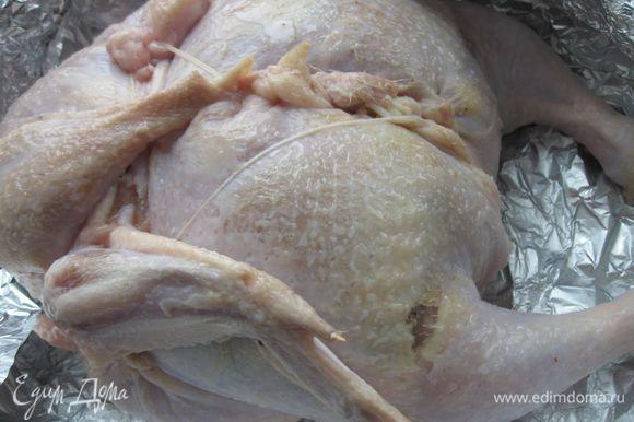 Края кожи соединить, сшить кулинарной нитью. Придать тушке форму целой курицы. Смазать оливковым маслом.