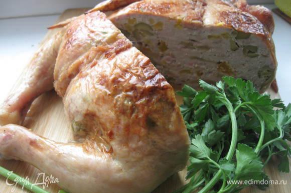 Гарнировать курицу петрушкой или другой зеленью.