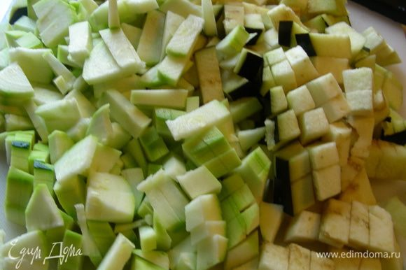 Баклажан и цуккини режем средними кубиками.