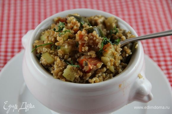 При подаче можно посыпать зеленью по вкусу (петрушка, кинза). Нам понравилось добавить немного востерского или соевого соуса. Приятного аппетита))