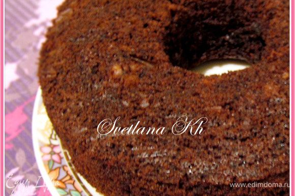 Тесто вылить в форму, предварительно выложенной пергаментом. Шоколад разломать на маленькие кусочки и воткнуть их в бисквит. Выпекать 25 минут до готовности. Раньше времени духовку не открывать. Готовый кекс-бисквит остудить и полить шоколадным топингом.