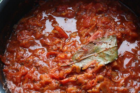Вы можете купить готовый соус, а можете приготовить свой. Вот стандартный рецепт, при отсутствии каких-либо специй, я добавляю тоже количество прованских трав. И еще, мой муж не ест сельдерей, но в этом соусе он его не замечает и он идет на ура!! В сковороде разогреваем оливковое масло, добавляем нарезанный лук и сельдерей и натертую морковь, обжариваем до мягкости, примерно 10 минут. Далее добавляем чеснок и томатную пасту, готовим 1 минуту. Добавляем помидоры (вместо консервированных можно использовать и свежие), лавровый лист, орегано, базилик и сахар. Увариваем на небольшом огне до загустения примерно полчаса, периодически помешивая.