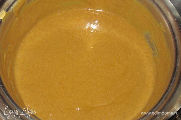 Желатин тщательно отжать и ввести в горячий крем, энергично помешивая, чтобы желатин растворился в креме.