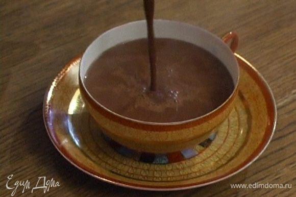 Процедить шоколадную массу через сито.