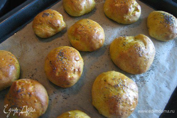Выпекать при температуре 180 гр. 20-30 минут, в зависимости от размера булочек, до легкого румянца.