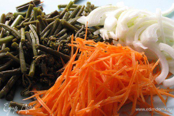 Вымоченный папортник нарезать кусочками от 2 до 5 см. Лук нарезать соломкой, морковь нашинковать на корейской терке.