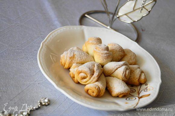 Поставить в разогретую до 180 градусов духовку на 30-35 минут. После выпекания дать остыть и обильно посыпать сахарной пудрой. Приятного чаепития!!!
